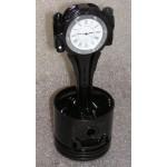 Motor-Kolben aus V8-Motor schwarz mit weisser Uhr